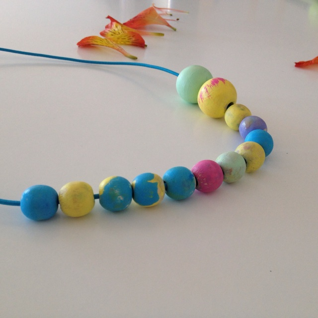 DIY necklace by Learn and Play en Anglais